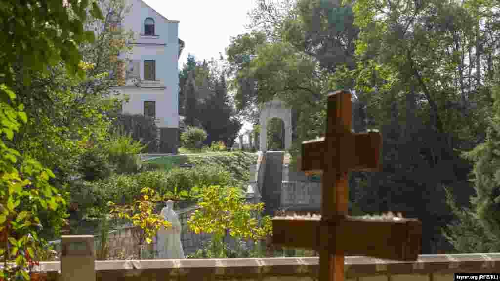 На території монастиря розташовано цвинтар для ченців і служителів. Білий будинок братського корпусу не так давно було відновлено – він сильно постраждав під час Другої світової війни. Для наочності на фасаді залишили незатиньковані місця, де видно сліди від куль