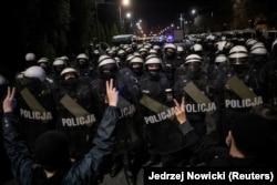 Полиция преграждает демонстрантам путь к дому Ярослава Качиньского