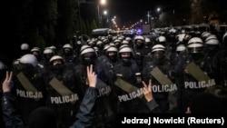 A rendőrség elállja a Jarosław Kaczyński lengyel kormányfőhelyettes házához vezető utat a tüntetők előtt akik az abortusztörvény további korlátozása ellen tiltakoztak Varsóban 2020. október 23-án.