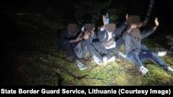 Одна з груп мігрантів, затриманих на кордоні Білорусі з Литвою