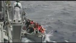 İtaliya hərbi gəmiləri qaçqınları fırtınadan xilas etməyə çalışır