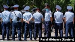 Оппозицияның наразылық митингісі өтеді деп хабарланған жерді қоршап, ешкімді өткізбей тұрған полиция қызметкерлері. Алматы, 6 маусым 2020 жыл.