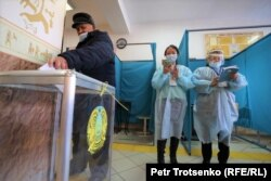 Оппозицияның қатысуынсыз өтіп жатқан парламент мәжілісі және жергілікті мәслихаттар сайлауына дауыс беріп жатқан адам. Алматы, 10 қаңтар 2021 жыл.