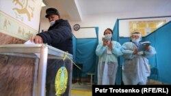Голосование на избирательном участке в Алматы. 10 января 2021 года.