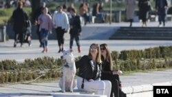 Хора са излезли на разходка в парка пред НДК в София, 3 февруари 2021 г.