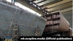 Частини корпусу корвета проєкту 58250 класу «Володимир Великий» досі стоять на території ЧРЗ. Фото Суспільне Миколаїв, червень 2021 року
