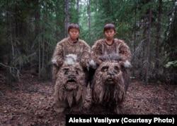 Twins Semyon dan Stepan berperan sebagai dulganchas - makhluk mitos rawa - selama pembuatan film.
