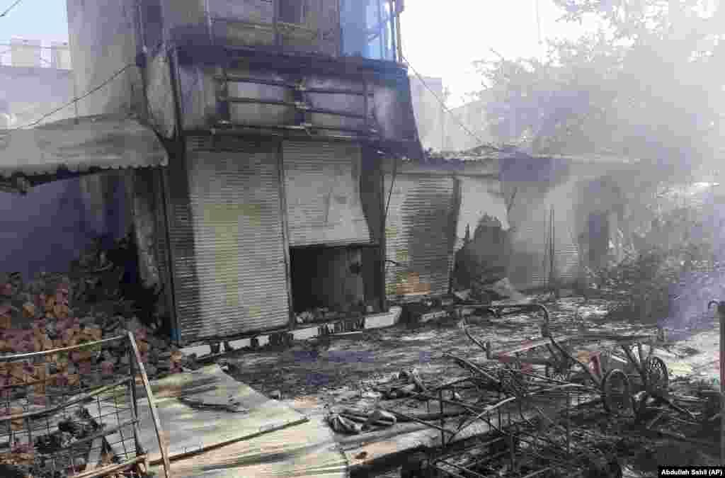 Оштетени продавници во градот Кундуз по тешките борби меѓу талибанските милитанти и авганистанските безбедносни сили.