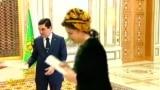 В Туркменистане книгу президента тоже прикладывают ко лбу