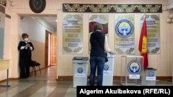 Избирательный участок в Бишкеке, 11 апреля 2021 г.