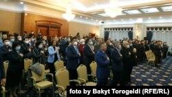 Депутаты Жогорку Кенеша на внеочередном заседании в госрезиденции «Ала-Арча». 13 октября 2020 года.