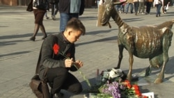 Mourners Pay Tribute To Russian Journalist Who Died From Self-Immolation