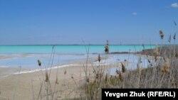 Из-за отложений химических веществ вода приобрела бирюзовый цвет