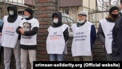 Крымские татары у здания Южного окружного военного суда в Ростове-на-Дону, 12 января 2021 года