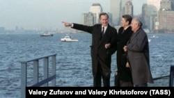 Михаил Горбачев во время участия в 43-й сессии Генеральной ассамблеи ООН. Вице-президент США Джордж Буш, президент США Рональд Рейган и генеральный секретарь ЦК КПСС Михаил Горбачев (слева направо)