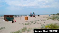 Широкий песчаный пляж протянулся почти на десять километров