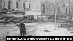 Андрей Сахаров Горький қаласында (қазіргі Нижний Новгород) көшеде тұр. 1980 жылғы ақпан айы. Содан бірнеше апта бұрын совет билігі диссидент ғалымды Мәскеуден осында мәжбүрлеп жер аударған еді.