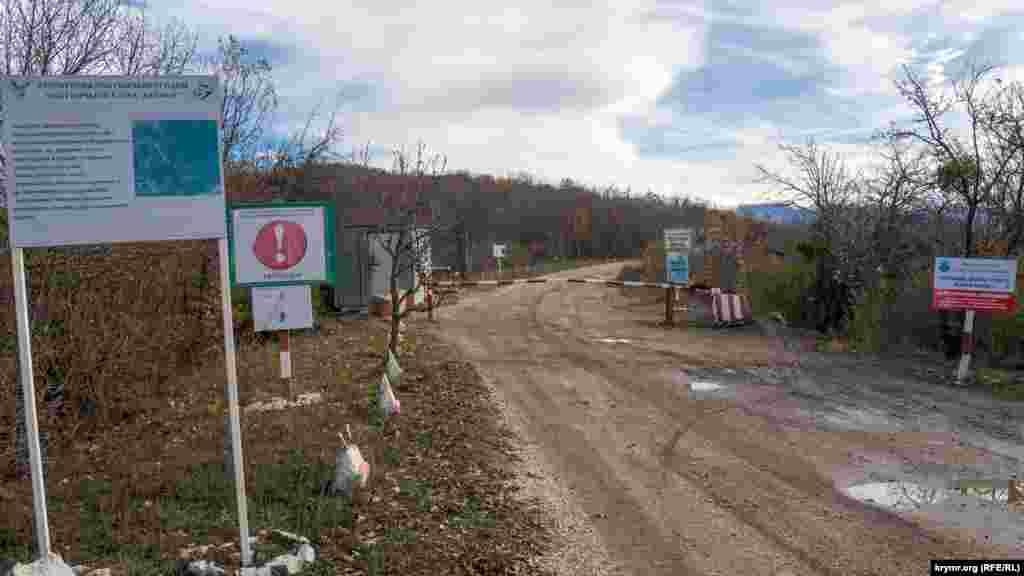 Эта разбитая дорога к несуществующему селу Шелковичное (до 1948 года – Темеш) фактически отделяет санитарную зону водохранилища (справа) от территории угодий охотничьего клуба «Кермен» у границы с Крымским природным заповедником