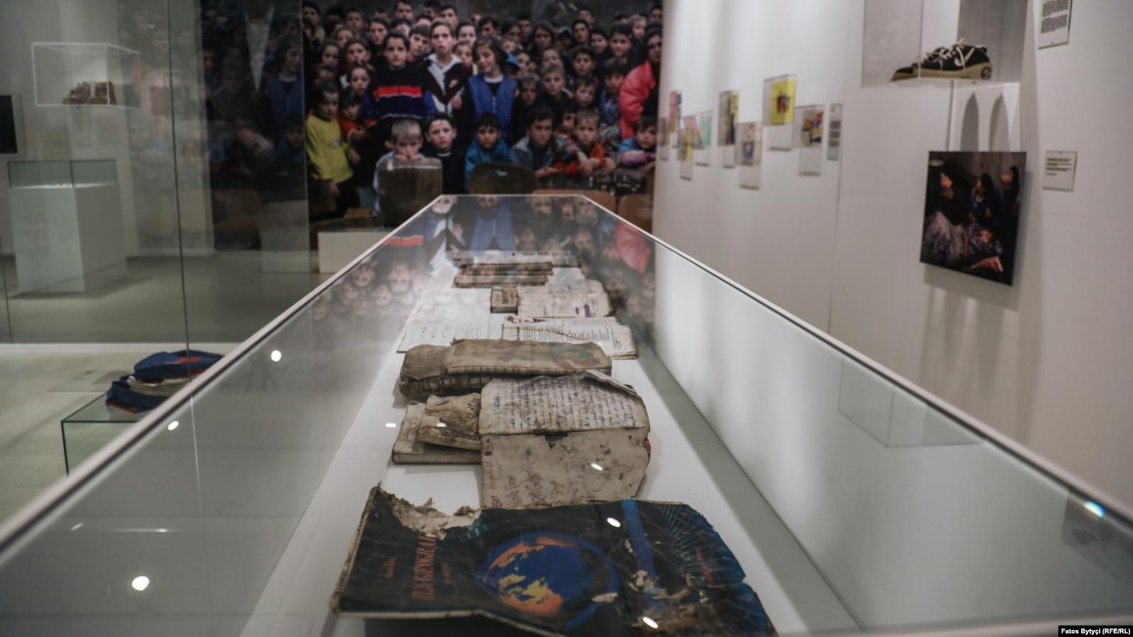 Fletore dhe libra të fëmijëve të vrarë gjatë luftës.
