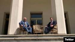 Леван Джагарян и Саймон Шерклифф фотографируются на ступенях у входа в посольство России - на том самом месте, где 78 лет назад во время Тегеранской конференции сфотографировались Сталин, Черчилль и Рузвельт