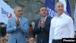 Armenia - Former President Robert Kocharian (R) and senior members of his Hayastan alliance, Vahe Hakobian (L) and Ishkhan Saghatelian, at an election campaign rally in Yerevan, June 9, 2021.