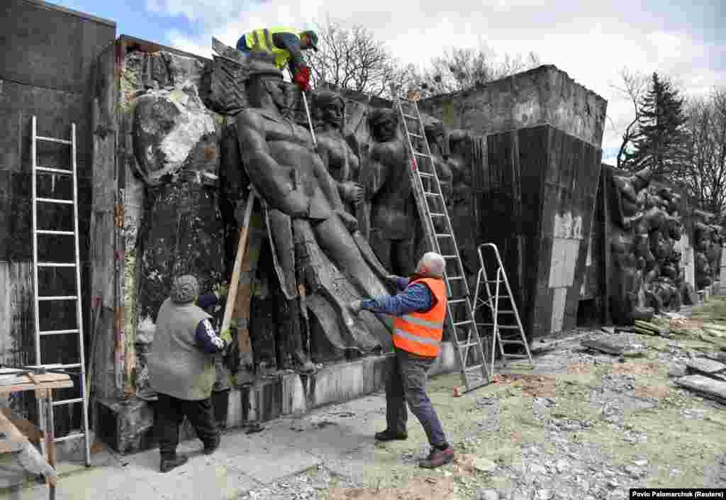 Рабочие демонтируют барельеф у Монумента славы Советской Армии по решению местных властей во Львове, 23 апреля