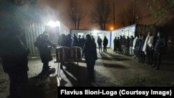 Refugiații au primit ceai cald și alimente, la inițiativa societății civile.