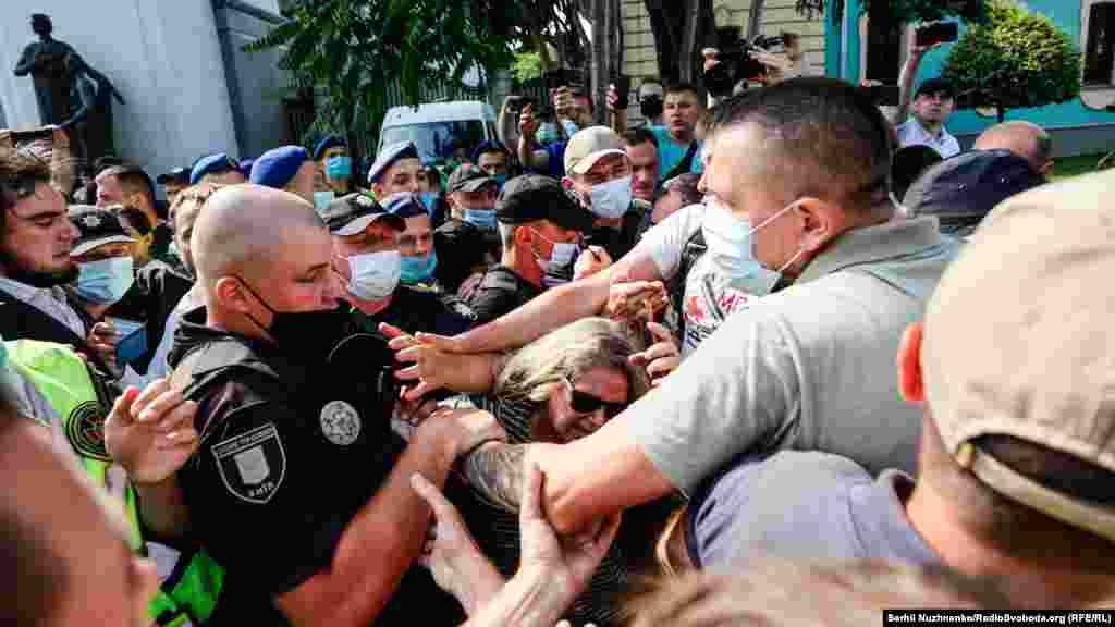Після затримання активіста люди, які зібралися, скандували: «Відпускай!». Також відбулася невелика сутичка між активістами і правоохоронцями