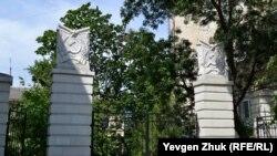 Советская символика ворот у домов № 20 и 24 по улице Большая Морская
