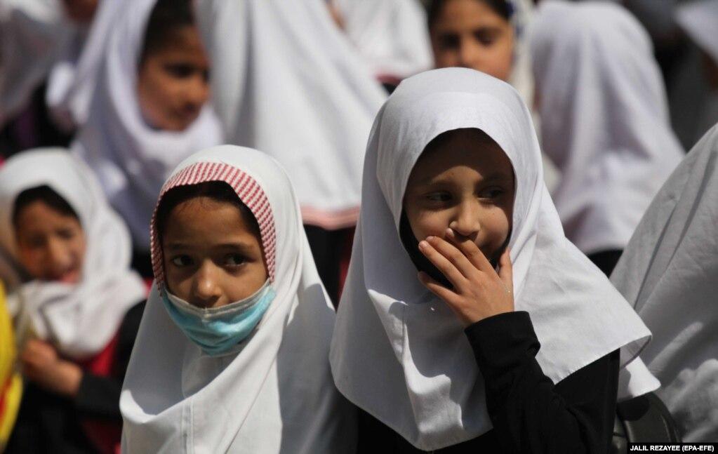 Афганские девочки в школе в городе Герат, июнь 2021 года