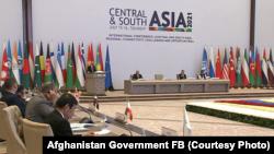 محمد اشرف غنی رئیس جمهوری افغانستان حین سخنرانی در نشست تاشکند. جمعه ۲۵ سرطان ۱۴۰۰