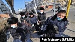 Казак полициясы демонстрантты кармоодо. Алматы. 2021-жылдын 10-январы.