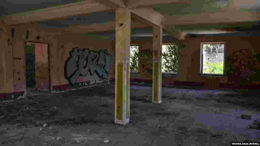 Это просторное помещение раньше, возможно, было кубриком личного состава