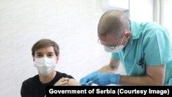 Премиерката Ана Брнабиќ прва прими вакцина против Ковид 19.