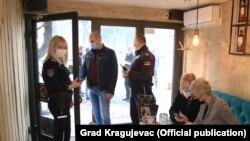 Policija u Srbiji prilikom kontrole poštovanja epidemioloških mjera