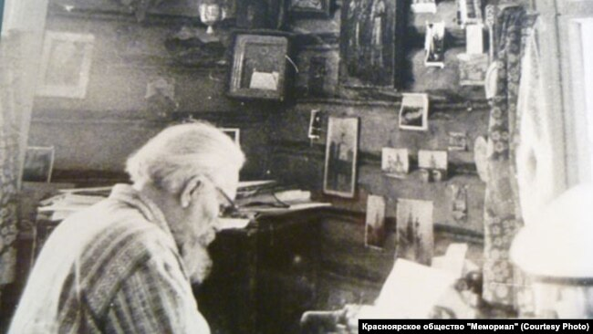 Роберт Штильмарк в своем кабинете. 1980-е годы