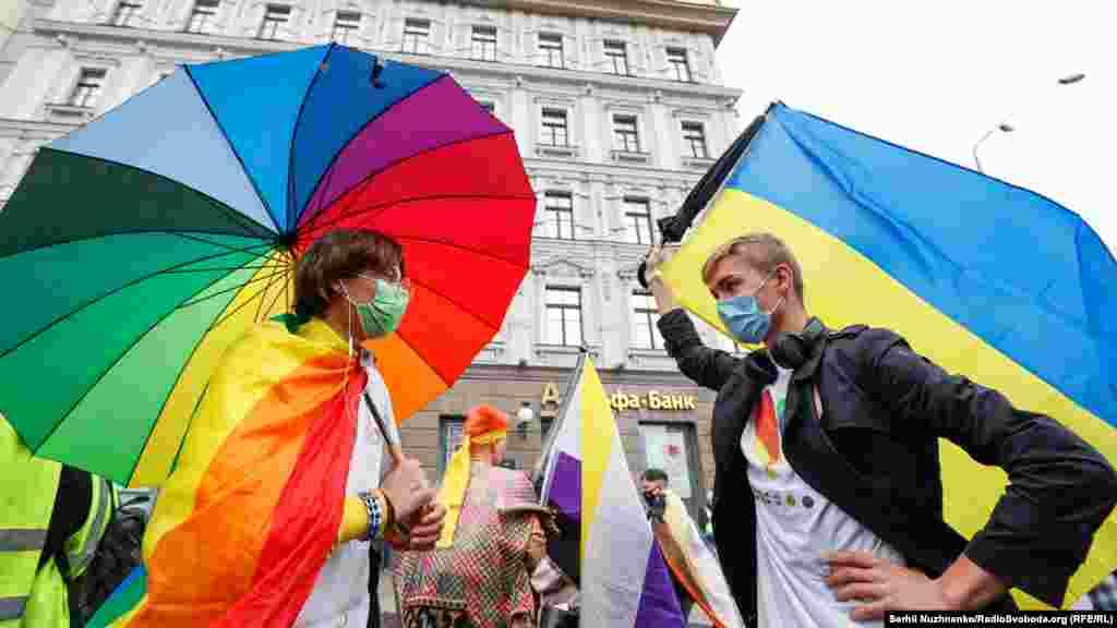 Організатори KyivPride очікували близько 10 тисяч учасників, але через погодні умови та епідемію коронавірусу приєдналисяблизько 7 тисяч людей