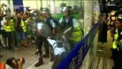 Бархӯрди эътирозгарон бо полис дар фурудгоҳи Ҳонгконг