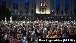 В центре Тбилиси протестующие требуют расследования гомофобных избиений и наказания виновных. 11 июля 2021 года