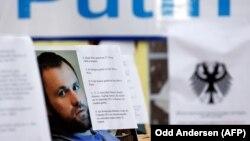 Плакат с убитым в Берлине Зелимханом Хангошвили на акции протеста в Германии