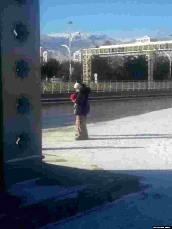 На автобусной остановке. Ашхабад, январь, 2021