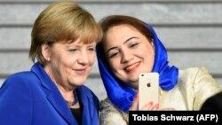 Angela Merkel i afganistanska političarka Šukrijom Barakzai (desno) se fotografišu nakon G7 Foruma za dijalog žena u Berlinu, 16. septembar 2015.