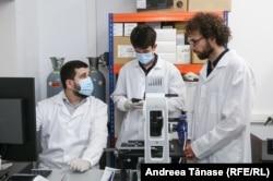 Bogdan Micu în laboratorul de cercetare științifică și dezvolatre CellFabrik din București, alături de colegii săi cercetători.