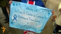 Прихильники королівської родини очікують хрестин принца Джорджа