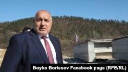 Бойко Борисов на 3 март, малко преди да подари сакото си на работник.