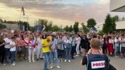 Людзі скандуюць «Радыё Свабода» падчас пратэсту каля будынку БТ