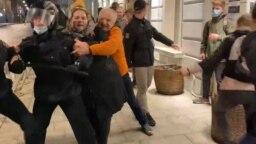 Фрагмент видео из Малого Кисельного переулка. Попавший на этот кадр эпизод может стать поводом для возбуждения новых уголовных дел против протестующих