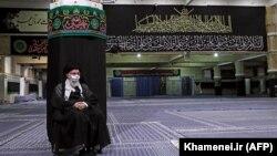 رهبر جمهوری اسلامی در حال تماشای زیرچشمی اهل کوفه!