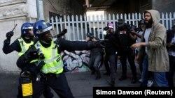 Сутички між демонстрантами і поліцейськими на станції Ватерлоо в Лондоні, Великобританія, 13 червня 2020 року