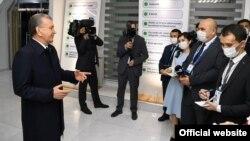Президент Ш. Мирзиёев Наманганда журналистлар саволларига жавоб бермоқда, 2021 йил 18 феврали (president.uz фотоси)